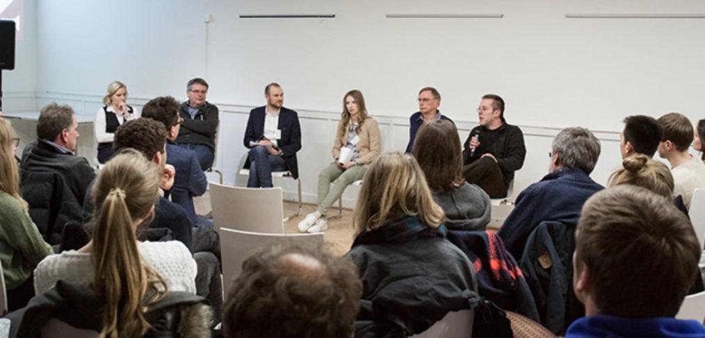 Inke Deharde (li. im Bild) und weitere Teilnehmer der Robotopia-Diskussion